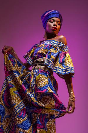 민족 의상 아프리카 여성, 아름다움은 세상을 구할 것입니다 스톡 콘텐츠