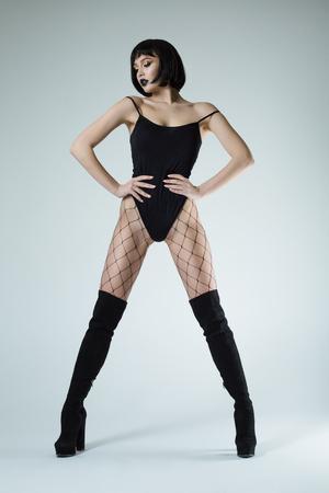 dünnes Modell in einem sexy Bild auf einem grauen Hintergrund