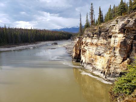 Alberta, Canada. Jasper National Park, May, 2019. Athabasca River and Fall. Foto de archivo - 127679784