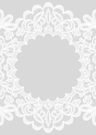 encaje: Invitación de la boda o tarjeta de felicitación con marco de encaje sobre fondo gris