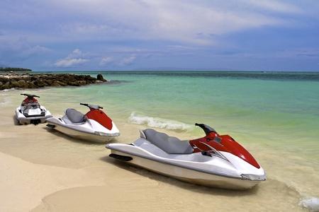 jet ski: Jet Ski esperando en la orilla de una playa tropical