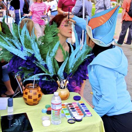 Ghirardelli Square 초콜릿 축제에서 서커스 뒤 솔레이의 얼굴 페인팅