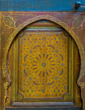 Traditional Moroccan style design of an ancient door in a riad in Marakech, Morocco Stockfoto