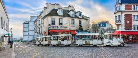 Paris, France - 20 Janvier, 2015: Le « petit train » de Montmartre au crépuscule dans un cadre coloré de rue avec les Parisiens se promener. Montmartre est parmi la plupart des destinations populaires à Paris