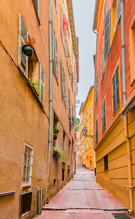 ville: Narrow crooked street in the Old Town, Vieille Ville in Nice, French Riviera