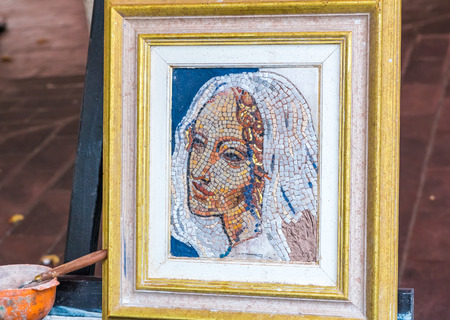 ville: Nice, France - October 6, 2016: Mosaic painting by a street artist in the Old Town, Vieille Ville in Nice, French Riviera, France