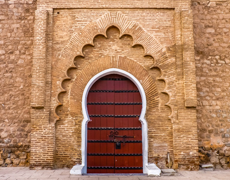 Traditional Moroccan style design of an ancient door at the Koutoubia Mosque in Marrakesh Morocco, also known as Mosque of the Booksellers 스톡 콘텐츠