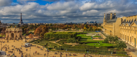 Paris, France - October 25, 2013: Panorama of Paris cityscape with the Tuileries Garden, the Arc du Carrousel and the Eiffel Tower in front of the Louvre Museum 新聞圖片