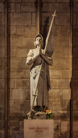 VIew of the statue of Joan of Arc or Jeanne d'Arc, national heroine of France,  at the Notre Dame de Paris Cathedral in Paris France 免版税图像