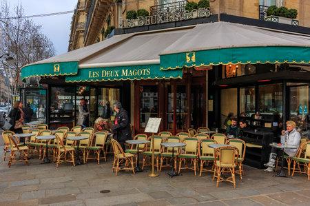 Terrasse à la brasserie emblématique Les Deux Magots servant une cuisine française traditionnelle à Paris, France Éditoriale