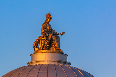 The sculpture of the goddess Minerva on top of the dome of the Academy of Arts in Saint Petersburg, Russia at sunset 新聞圖片