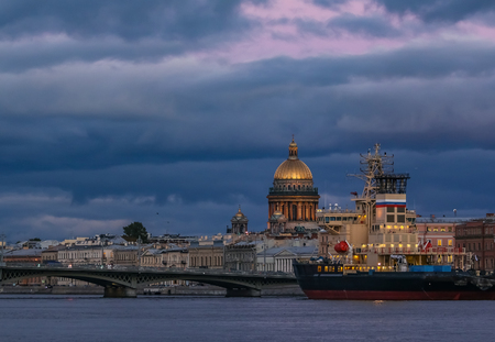 Sunset in Saint Petersburg, Russia over the Neva river with the view of the Blagoveshchenskiy Bridge and the Saint Isaacs Cathedral 版權商用圖片
