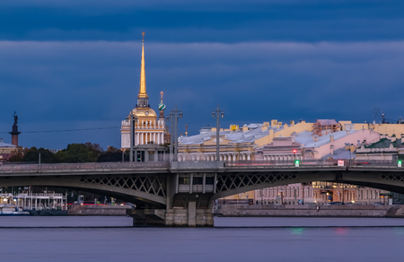 Sunset in Saint Petersburg, Russia over the Neva river with the view of the Blagoveshchenskiy Bridge and the Admiralteystvo or Admiralty spire 版權商用圖片