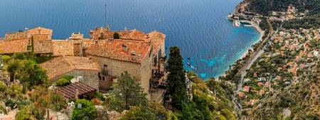 Scenic view of the Mediterranean coastline and medieval houses from the top of the town of Eze village on the French Riviera Banque d'images - 122381144