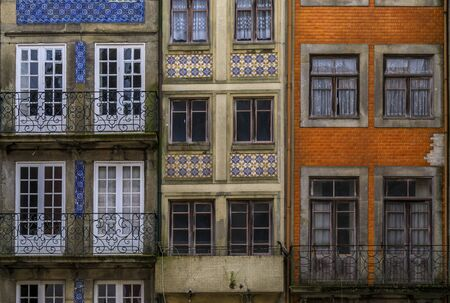 Facades of traditional houses decorated with ornate Portuguese azulejo tiles in the streets of Porto, Portugal Stockfoto