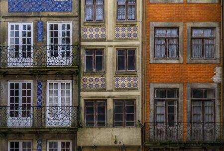 Facciate di case tradizionali decorate con piastrelle azulejo portoghesi decorate nelle strade di Porto, Portogallo Archivio Fotografico
