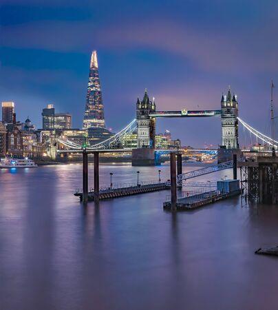 Panoramę miasta o zachodzie słońca z London Tower Bridge i Shard na Tamizie w Anglii