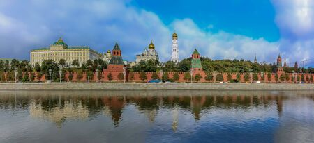Daytime panoramic view of the red Kremlin wall, tower and golden onion domes of cathedrals over the Moskva River in Moscow, Russia Archivio Fotografico