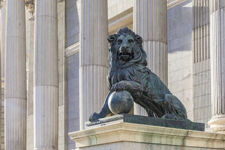 Lion sculpture by the Congress of Deputies - Congreso de Los Diputados Spanish Parliament, Palacio de las Cortes, Madrid. Translation: Cast of cannons taken to the enemy in the War of Africa in 1860 Banque d'images