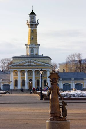 snow maiden: Architectural monument - old maypole and bronze sculpture of Snow Maiden (Santa`s granddaughter) on Susanin`s square in Kostroma, Russia