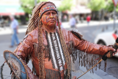 indigenas americanos: Retrato del indio americano. Foto de archivo