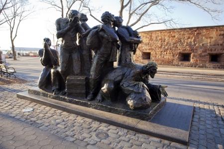 emigranti: Monumento ai primi emigranti negli Stati Uniti di fronte a fort Archivio Fotografico