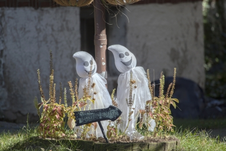 holiday house: Pair of toy ghosts in the yard