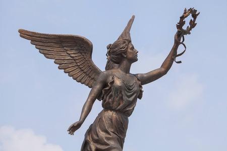Une partie du monument à la déesse de la victoire Nike à Kharkov contre les nuages ??et le ciel Banque d'images - 28506682
