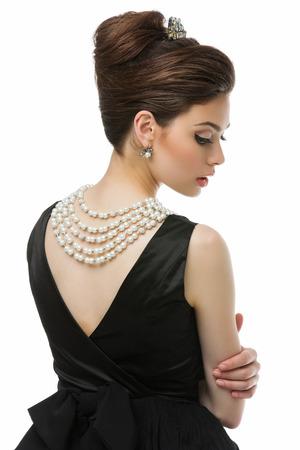 desayuno romantico: Hermosa mujer joven mirando como Audrey Hepburn en Desayuno con la pel�cula de Tiffany. Aislado sobre fondo blanco