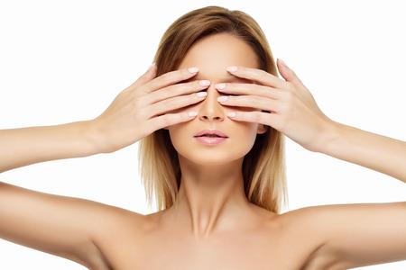 eyes closing: Primer retrato de hermosas j�venes ojos mujer de cierre con las manos. Aislado sobre fondo blanco.