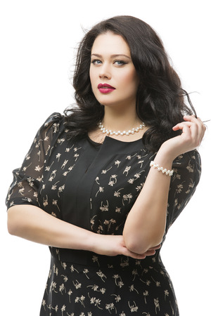 Tamaño más mujer joven hermosa con maquillaje y labios rojos con un vestido largo. Aislado sobre fondo blanco. Foto de archivo - 42535579