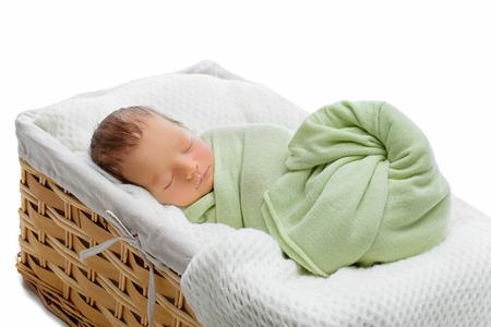 recien nacido: Adorable beb� reci�n nacido que duerme en cesta. Espacio de la copia. Composici�n horizontal. Aislado sobre fondo blanco.