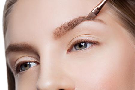 Sopracciglia correzione Estetista formano sul volto di donna bella. colpo di bellezza. Avvicinamento. Archivio Fotografico - 58087933
