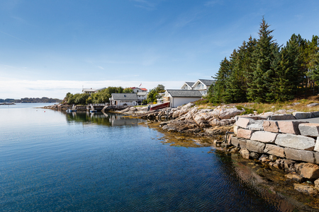 horizont: Beautiful view on nowegian fjords and seaside houses. Tranquil scene.
