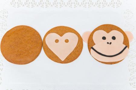 galleta de jengibre: Tres etapas de la fabricación de galletas de jengibre de Navidad. cara de mono forma. Foto de archivo