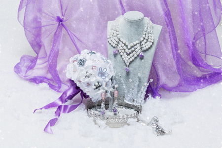 bijoux: Beautiful set of natural stone bridal accessories including necklace, ring, earrings, bracelets and wedding bouquet. Copy space.