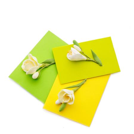 Cerca de tres sobres amarillos con flores Foto de archivo