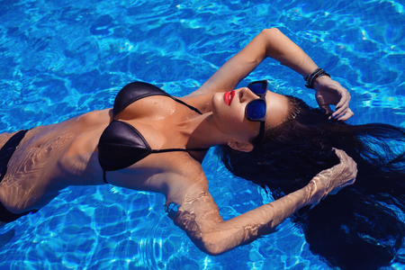 Beautiful girl in outdoor pool Banque d'images