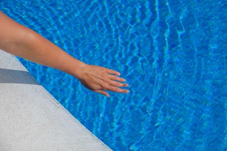 Mano della donna che tocca l'acqua Archivio Fotografico - 98963411
