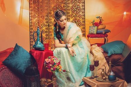 belle mariée de style arabe en vêtements ethniques Banque d'images