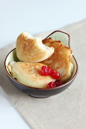 bign�: Frittelle fritte su un piatto verde-marrone