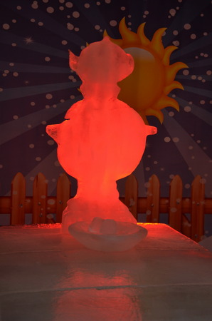 rote ampel: Ice Sculpture Festival in Sankt Petersburg im Jahr 2014; Samovar in rotes Licht