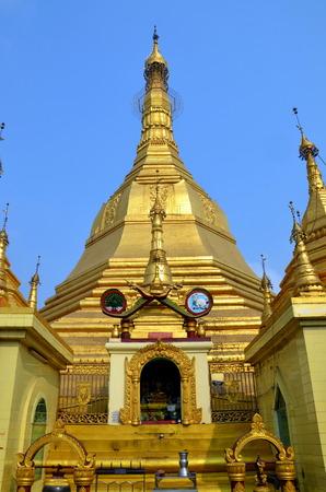 buddhist stupa: Stupa budista Sule Paya en Yangon, Myanmar