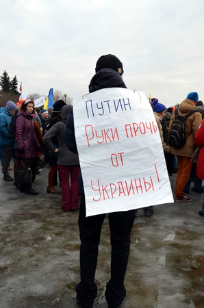 hands off: Procesi�n en memoria de Boris Nemtsov en San Petersburgo el 01 de marzo de 2015. Un hombre con un cartel: Putin. Quita tus manos de Ucrania! Editorial