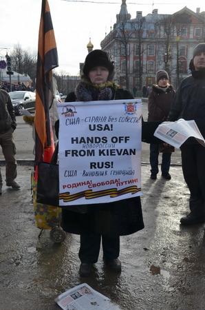 hands off: Acci�n en memoria de Boris Nemtsov en San Petersburgo el 01 de marzo de 2015. provocadores con el cartel: EE.UU.! Manos Fuera de la Rus de Kiev!