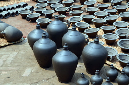 ollas de barro: Rows of traditional clay pots in Bhaktapur,  Nepal Foto de archivo