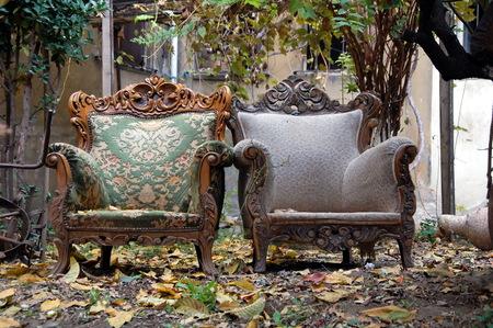 Dos sillas antiguas en la calle en el día de otoño