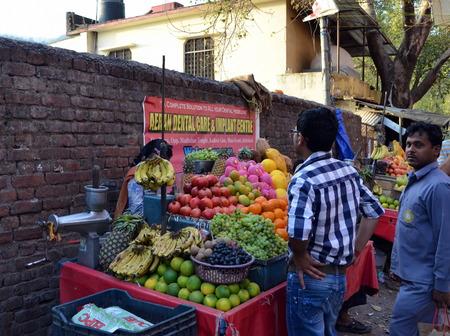 hindues: Hindúes comprar fruta en pequeños puesto de frutas en Rishikesh, India Editorial