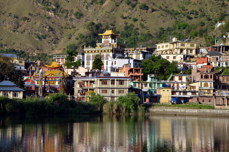 View on sacred Rewalsar lake and Tibetian monastery in holy buddhist Rewalsar city, India Stock fotó - 85857365