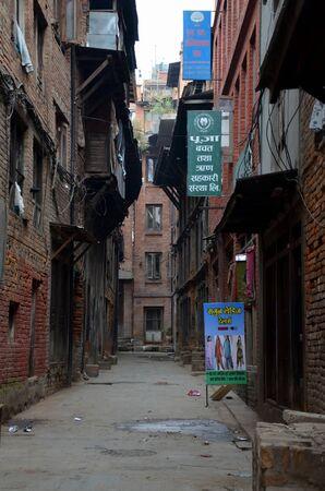 BHAKTAPUR, 네팔 -2011 년 3 월 21 일 - 좁은 거리 Bhaktapur, 네팔에서 시내 중심가